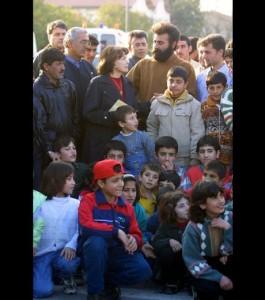 20-fevrier-2001-danielle-mitterrand-rend-visite-aux-refugies-kurdes-installes-dans-le-quartier-militaire-des-subsistances-du-21eme-rima-de-fr